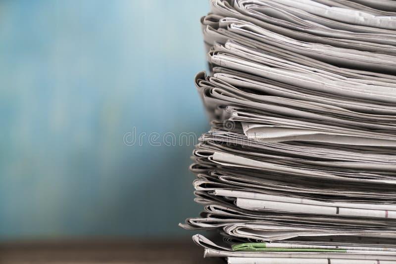 Chiuda sui giornali piegati e sul fondo impilato fotografia stock libera da diritti