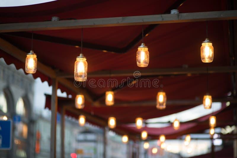Chiuda sui molti la lampada gialla immagini stock