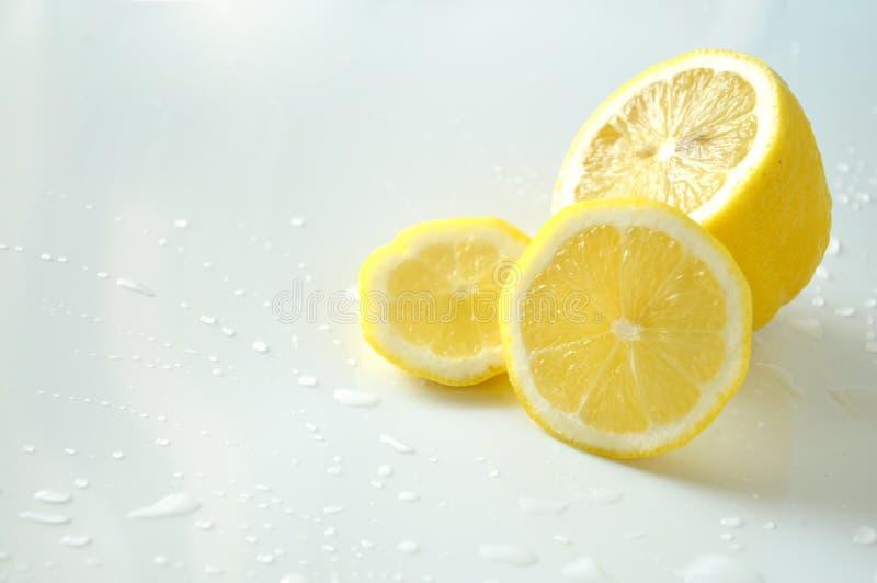 Chiuda sui pezzi di limone fresco su fondo bianco immagine stock libera da diritti