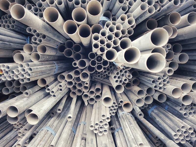 Chiuda sui tubi d'acciaio di varie dimensioni disposte impilate immagini stock