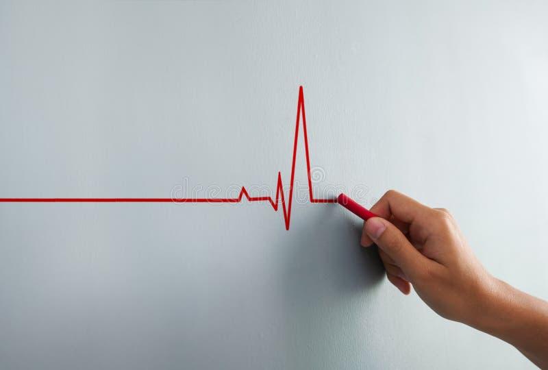 Chiuda sul battito cardiaco del disegno della donna con gesso rosso sulla parete fotografie stock libere da diritti