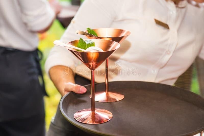 Chiuda sul cameriere professionista in uniforme con il gelato su un vassoio Concetto di celebrazione o di approvvigionamento Serv fotografia stock libera da diritti