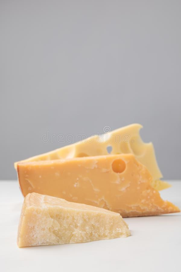 Chiuda sul colpo dei tipi differenti di formaggi su gray immagini stock libere da diritti