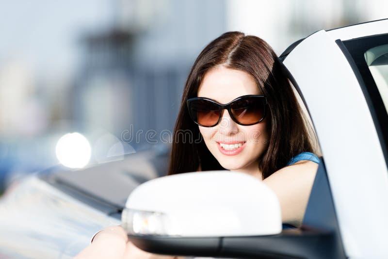 Chiuda sul colpo del driver abbastanza femminile fotografia stock