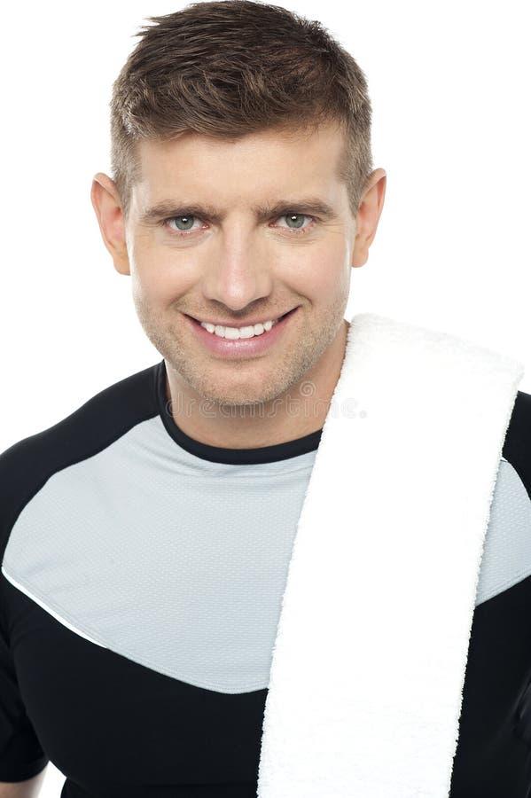 Chiuda sul colpo del maschio sorridente in abiti sportivi immagine stock