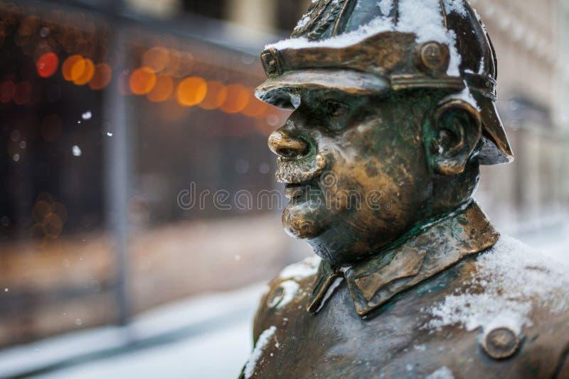 Chiuda sul colpo della statua famosa del poliziotto, il simbolo di Budapest - il capitol della città dell'Ungheria fotografie stock
