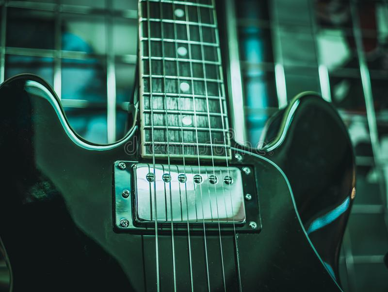 Chiuda sul colpo delle corde della chitarra elettrica fotografia stock
