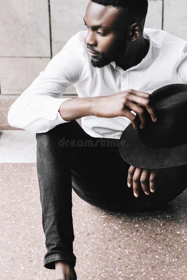 Chiuda sul colpo di giovane viaggiatore afroamericano bello che ha immagini stock
