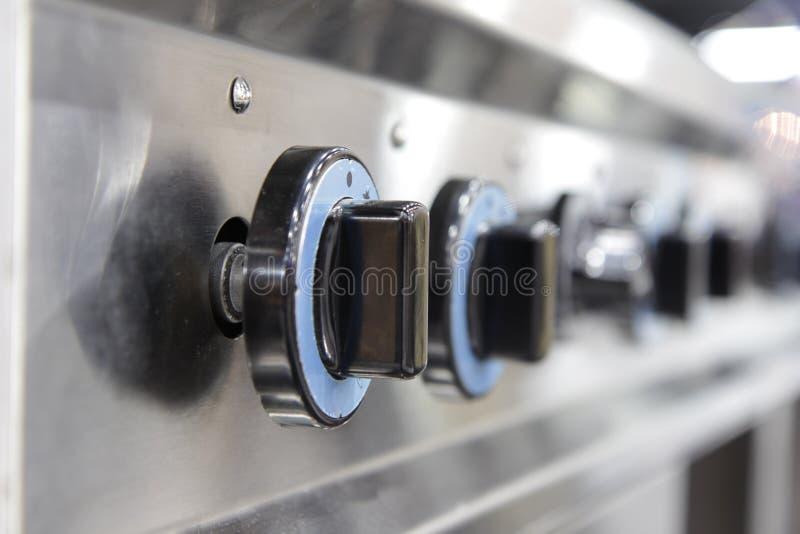 Chiuda sul commutatore del fornello di gas bruciante della cucina immagine stock libera da diritti