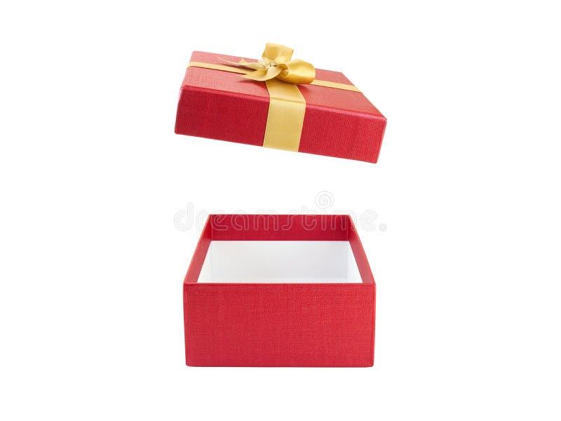 Chiuda sul contenitore di regalo rosso aperto e vuoto con l'arco del nastro dell'oro giallo isolato su fondo bianco immagini stock