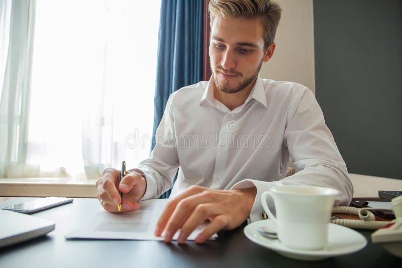 Chiuda sul contratto di firma dell'uomo di affari che fa un affare, affare classico fotografie stock