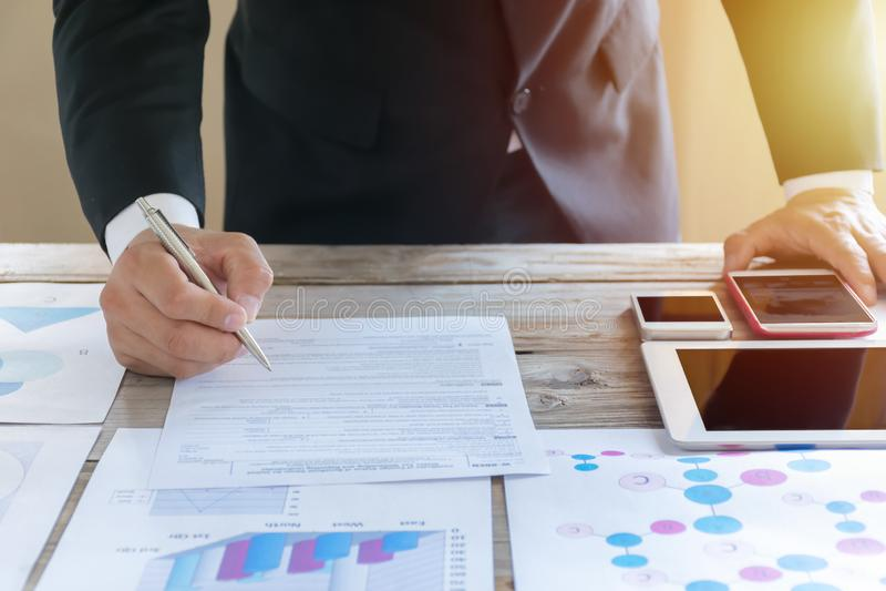 Chiuda sul contratto di firma dell'uomo di affari che fa un affare, affare classico Contratto di affari immagine stock libera da diritti