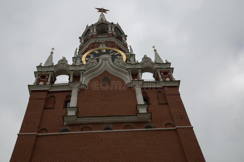 Chiuda sul Cremlino di Mosca dell'orologio della torre di Spasskaya immagini stock libere da diritti