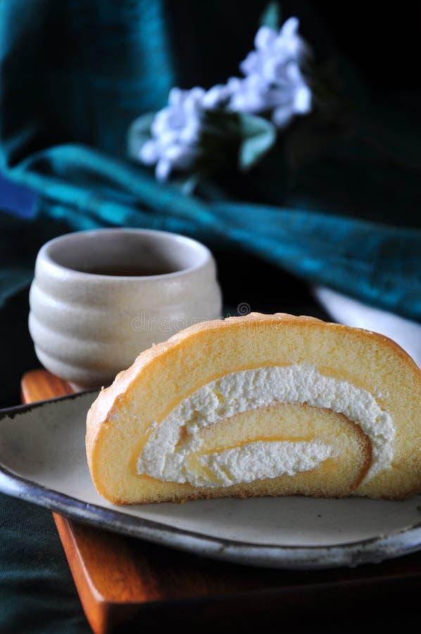 Chiuda sul dolce crema fresco del rotolo sul piatto fotografie stock libere da diritti