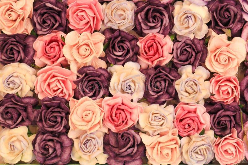 Chiuda sul fondo rosa d'imitazione o artificiale variopinto del fiore immagine stock