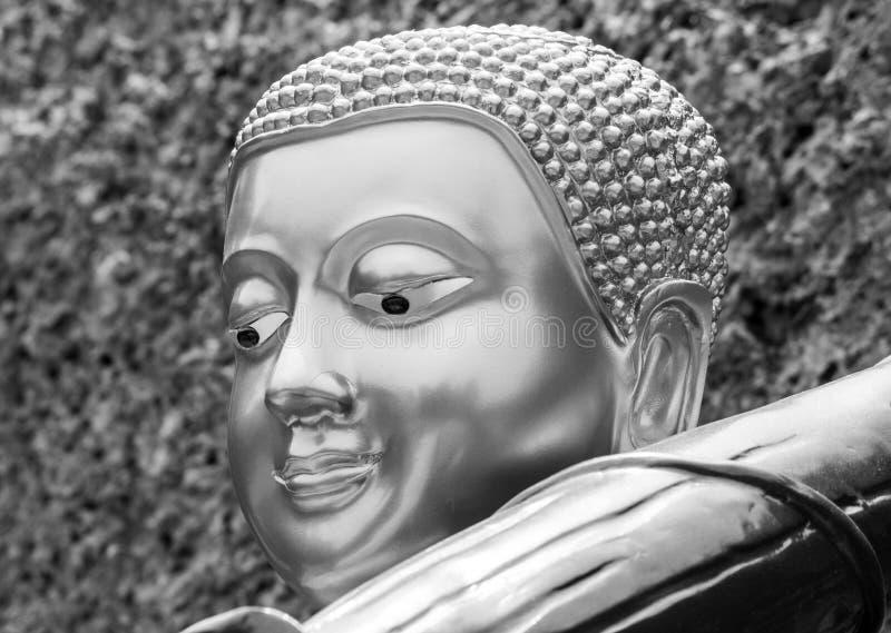 Chiuda sul fronte di Buddha con il vecchio fondo della parete di pietra immagine stock