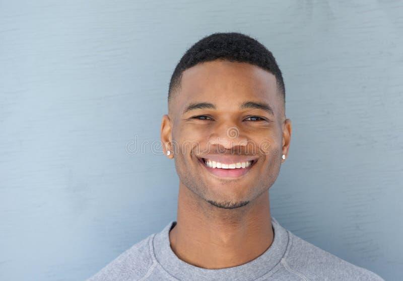 Chiuda sul giovane sorridere bello dell'uomo di colore fotografia stock