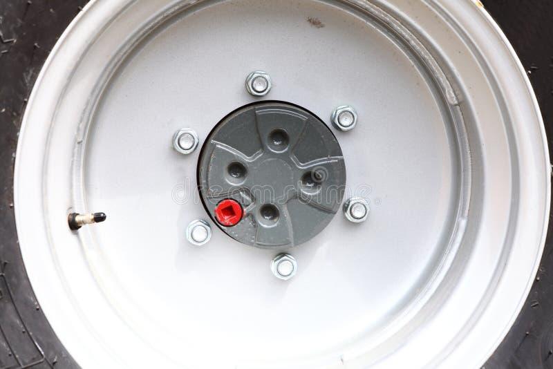 Chiuda sul grande dettaglio pesante dell'industria della ruota fotografia stock libera da diritti