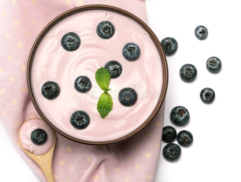 chiuda sul jogurt alla frutta casalingo cremoso rosa dei mirtilli con i fres fotografia stock