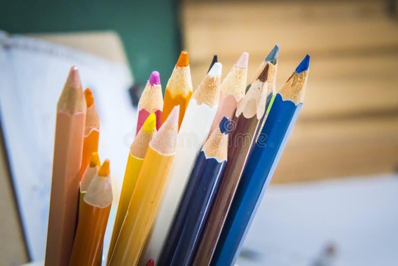 Chiuda sul macro colpo dei punti della matita del mucchio della matita di colore immagini stock libere da diritti
