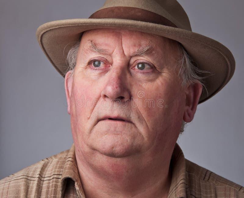 Chiuda sul maschio maggiore che porta un cappello fotografia stock libera da diritti