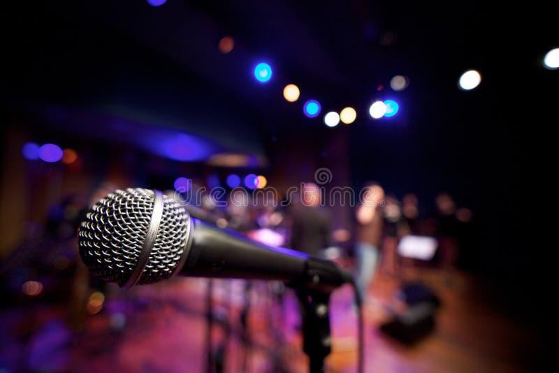 Microfono orizzontale sulla fase di musica fotografia stock libera da diritti