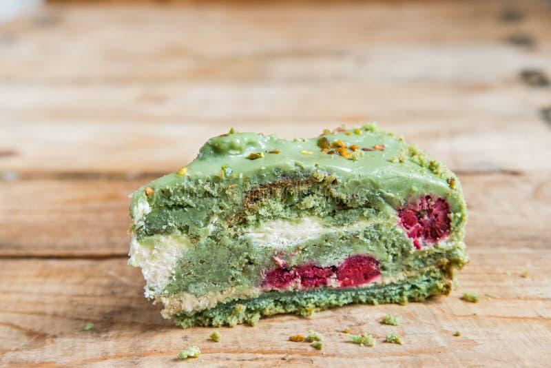 Chiuda sul pezzo di dolce verde del pistacchio immagine stock