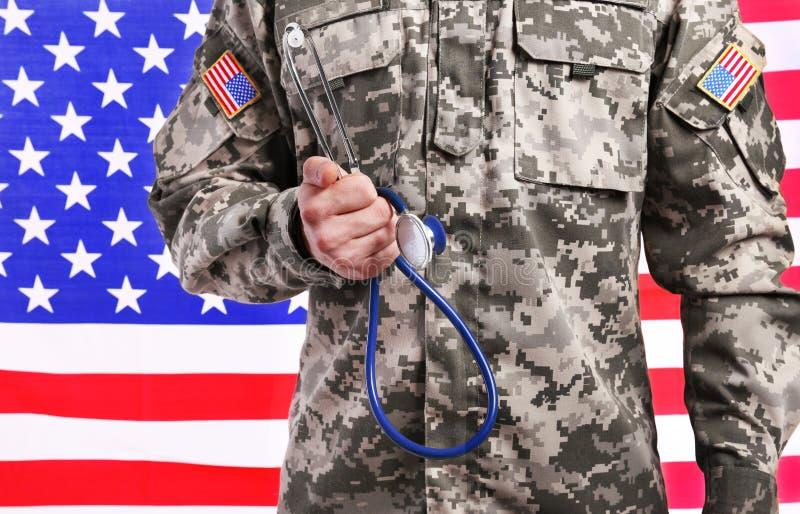Chiuda sul punto di vista dell'ufficiale sanitario con lo stetoscopio fotografia stock