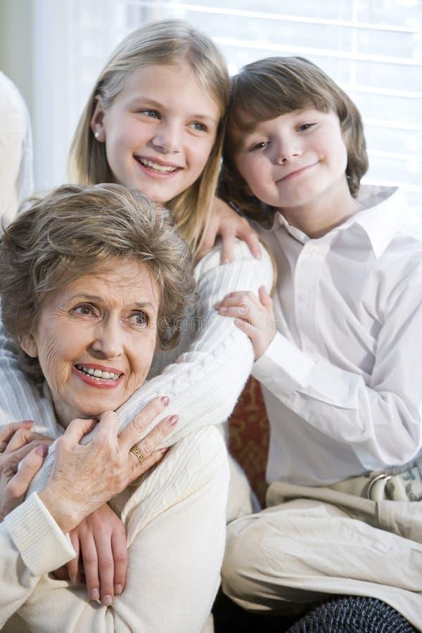 Chiuda sul ritratto dei bambini con la nonna fotografia stock libera da diritti