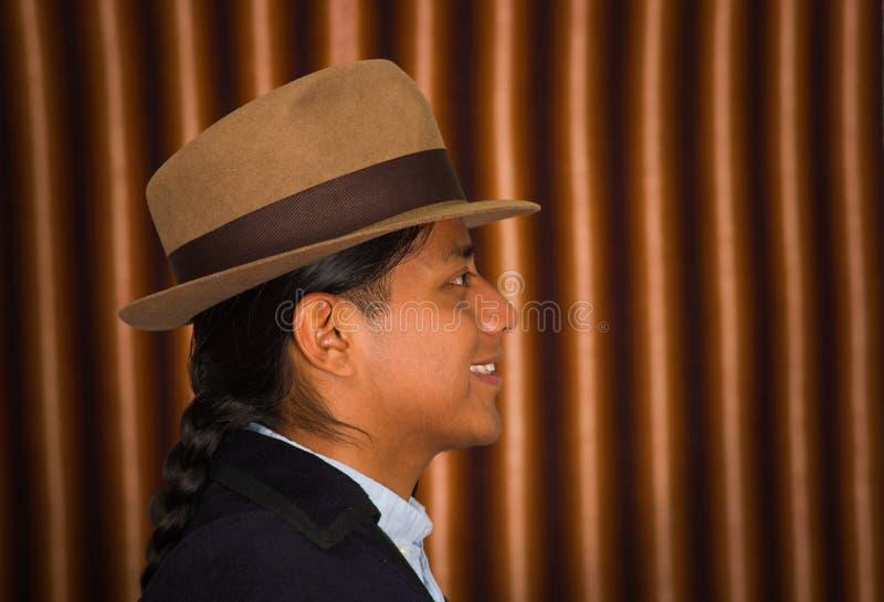 Chiuda sul ritratto del giovane che indossa i vestiti tradizionali dagli altopiani nell'Ecuador fotografia stock