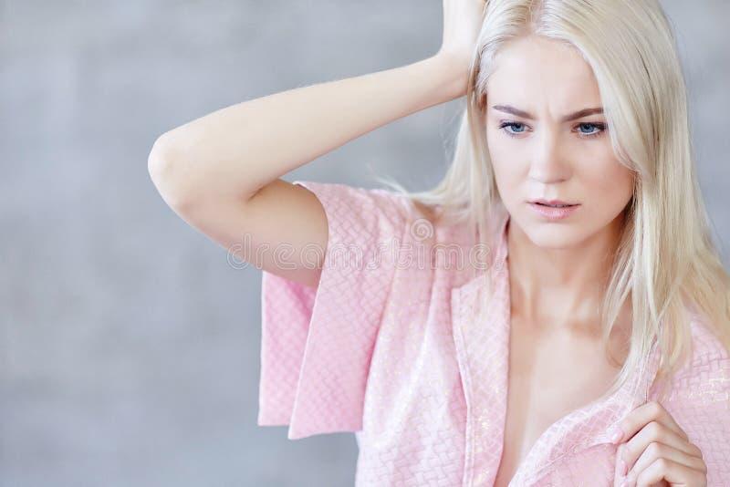 Chiuda sul ritratto della donna bionda in vestito rosa fotografie stock libere da diritti