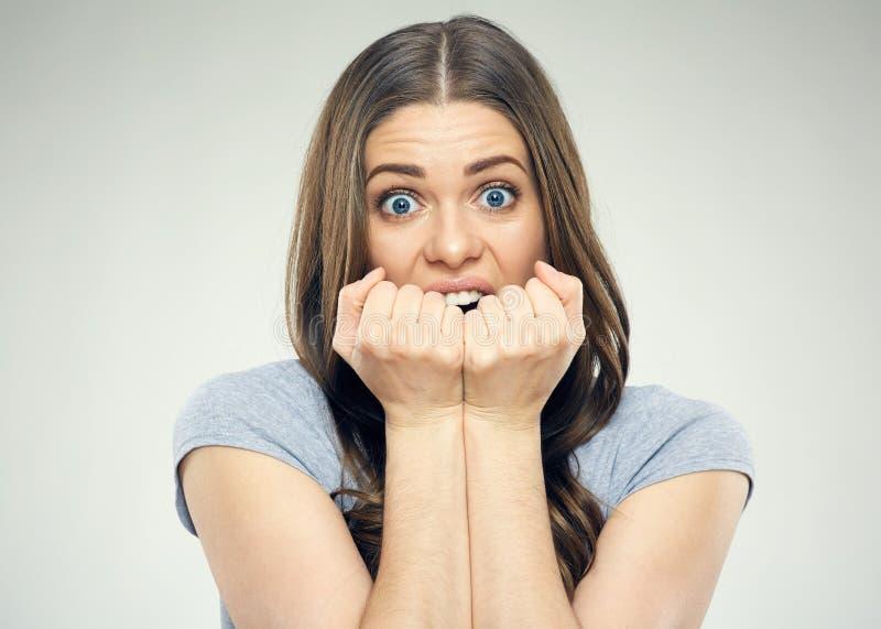 Chiuda sul ritratto della donna del fronte con emozione di timore immagini stock