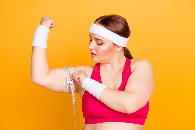 Chiuda sul ritratto della donna grassa allegra concentrata sicura fotografie stock