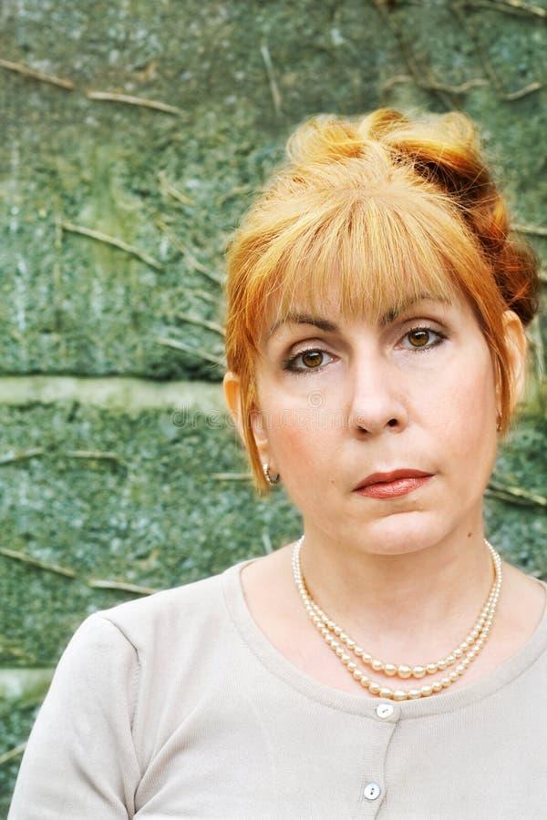 Chiuda sul ritratto della donna irlandese con capelli rossi fotografia stock