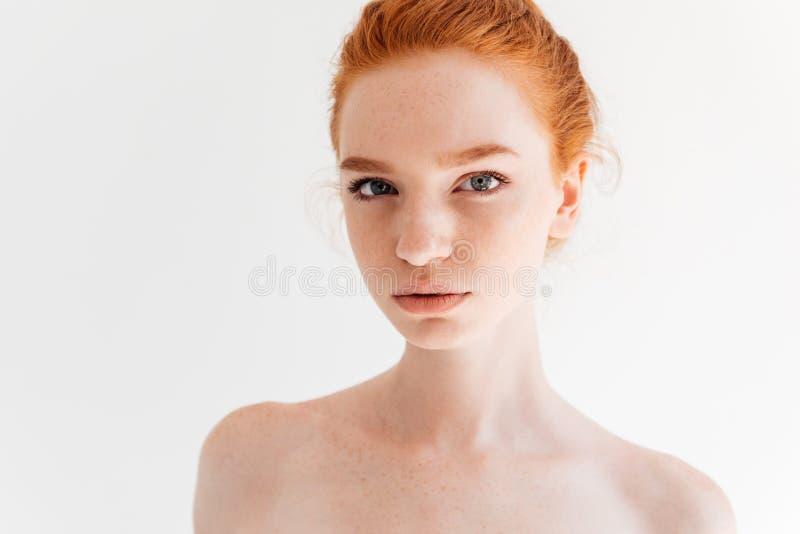 Chiuda sul ritratto della donna nuda dello zenzero di bellezza immagine stock libera da diritti