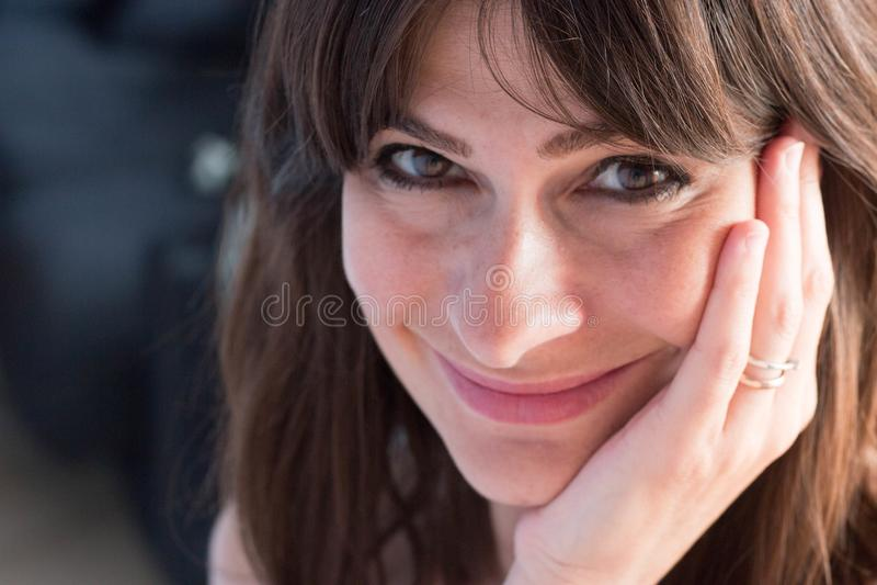 Chiuda sul ritratto della giovane donna caucasica con capelli e le sedere lunghi fotografie stock