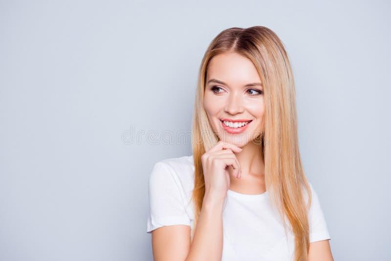 Chiuda sul ritratto della giovane donna sveglia e allegra in maglietta bianca immagini stock libere da diritti