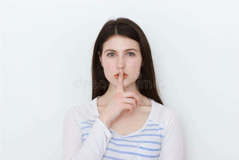 Chiuda sul ritratto della ragazza abbastanza calma in maglietta bianca immagine stock