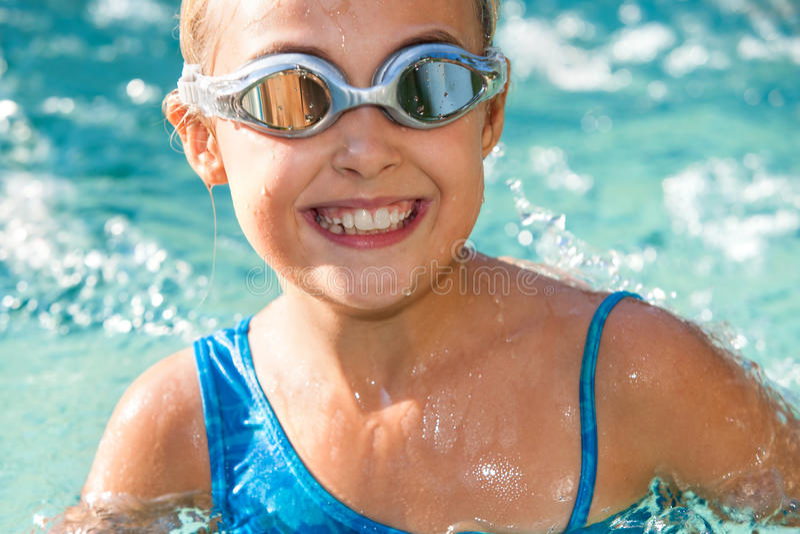 Chiuda su della ragazza divertendosi nella piscina. fotografia stock
