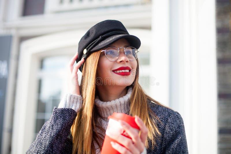 Chiuda sul ritratto della scaletta della via di modo di giovane donna affascinante che indossa i vetri alla moda, le labbra rosse fotografie stock libere da diritti