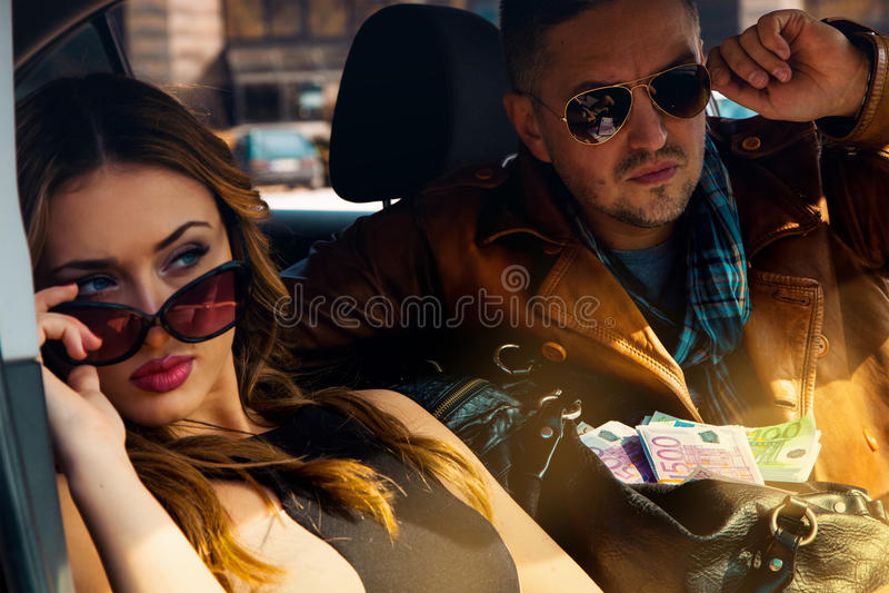 Chiuda sul ritratto delle coppie attraenti sexy nel lookin degli occhiali da sole fotografia stock