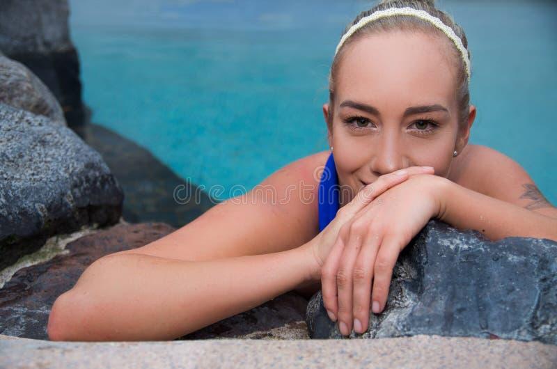 Chiuda sul ritratto di bella ragazza bionda in una piscina immagini stock libere da diritti