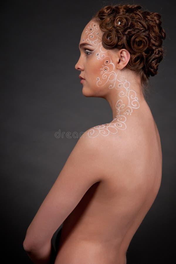 Chiuda sul ritratto di bella ragazza con arte del fronte immagini stock