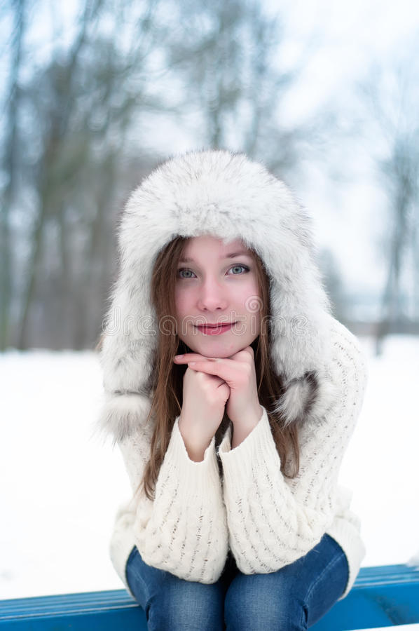 Chiuda sul ritratto di bella ragazza con l'arancia in sue mani immagine stock libera da diritti