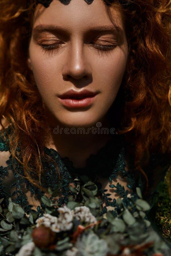 Chiuda sul ritratto di bella ragazza della testarossa che gioca con i capelli immagini stock