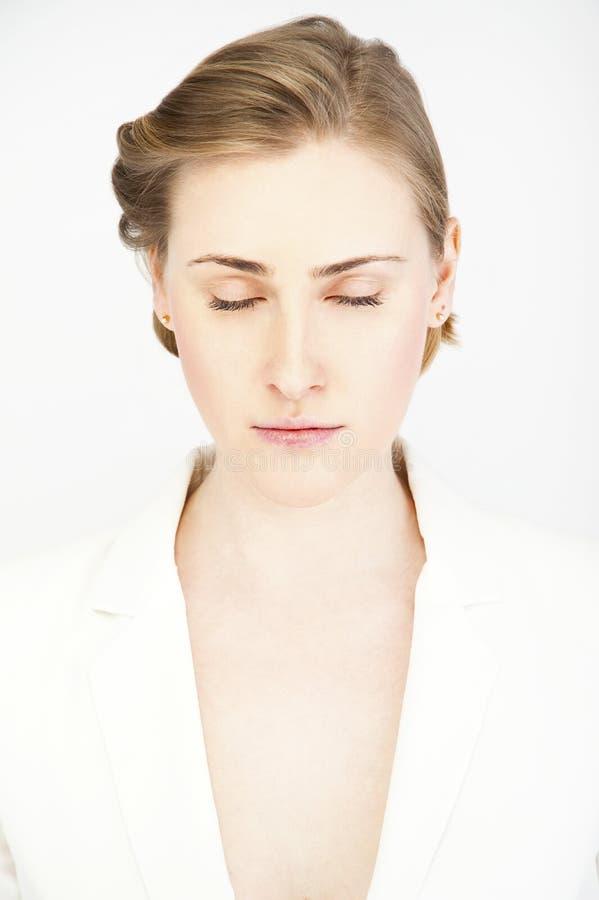 Chiuda sul ritratto di bellezza di un fronte della giovane donna fotografia stock