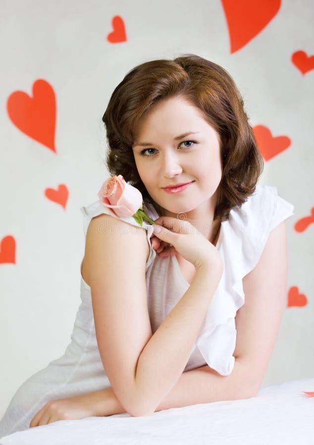 Chiuda sul ritratto di bello modello femminile. fotografia stock