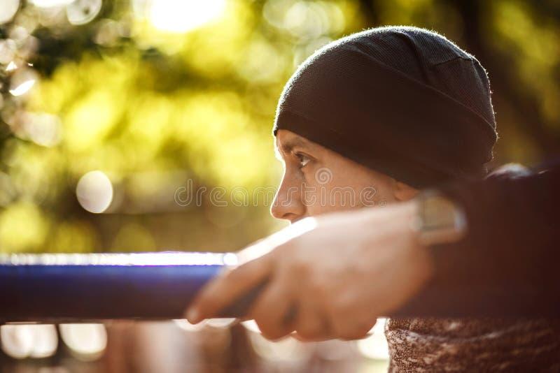 Chiuda sul ritratto di forte uomo attivo con l'ente muscolare di misura Fare gli esercizi di allenamento Sport e concetto di form fotografie stock libere da diritti