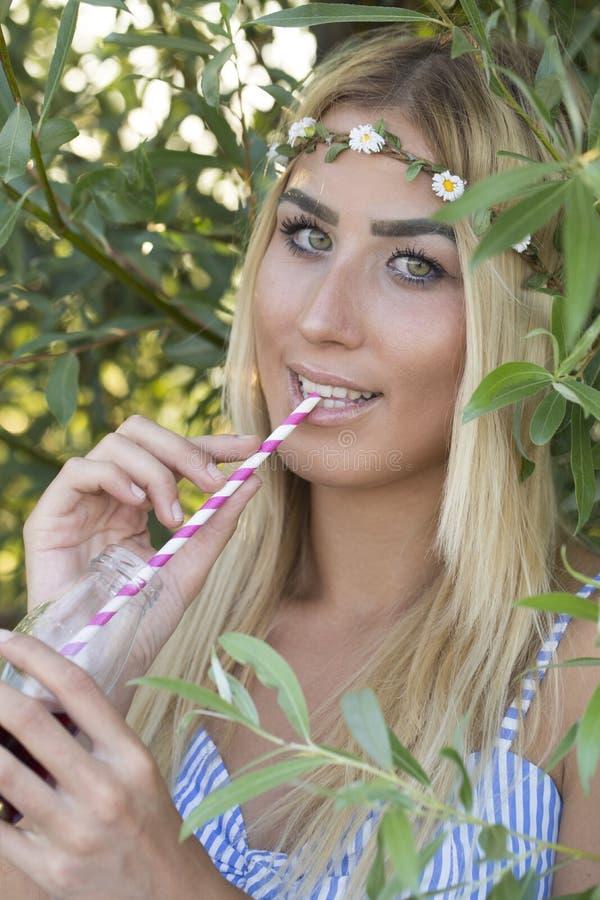 Chiuda sul ritratto di giovane bella donna sorridente vicino a SH verde fotografia stock libera da diritti