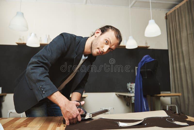 Chiuda sul ritratto di giovane bello progettista maschio ispanico con capelli scuri in vestito nero che si prepara per il modo fotografie stock